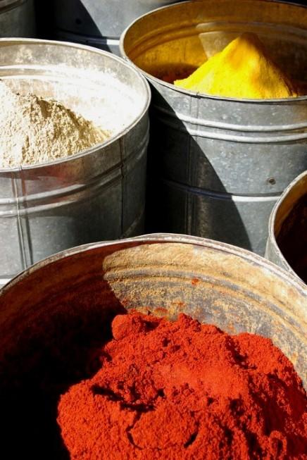 Marchand d'épices en plein souk. 15 dh (1.5€) les 100g d'épice. Ducros n'a qu'à bien se tenir !