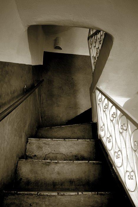 A Marrakech, nombre d'éléments architecturaux d'intérieur sont réalisés en tadélakt, enduit traditionnel marocain, très lisse et imperméable. On le retrouve comme ici dans les escaliers, mais aussi dans les salles d'eau des riads et les hammams (baignoires, bassins, vasques). Il est fabriqué à partir de chaux de Marrakech et posé par des artisans traditionnels appelés Maalem. Géo = 07°54'O | 31°30'N